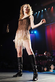 Taylor Swift performed in Milan in a pair of flat black leather boots.