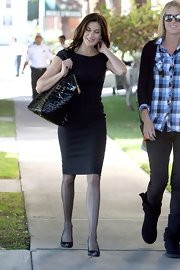Teri looked chic and classic in an all-black ensemble, while carrying an oversized, black patent leather, embossed tote bag.