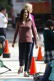 Teri sported casual ensemble while on set. She completed her sweater and skinny jeans with a pair of neutral printed, slip-on flats.