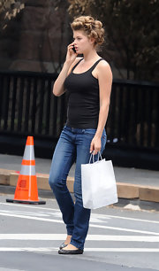 Doutzen wore classic black ballet flats with jeans and a simple tank.