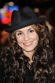 Noomie Rapace looked hip at the 'Black Swan' premiere with her two-tone fedora.