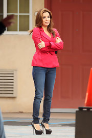 Eva looked hot in this hot pink jacket whilst on set.