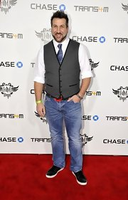 A bright blue tie with some sheen completed Joey Fatone's red carpet look.