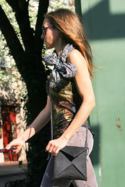 SJP showed her fancy cross body bag. The added texture and chain strap gave the bag an extra wow factor.