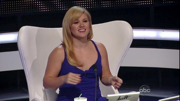 Kelly Clarkson wore her newly lightened locks sleek and side-parted on 'Duets.'
