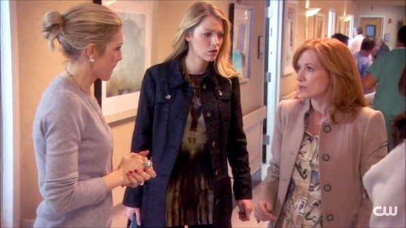 More Pics of Kelly Rutherford Loose Bun (1 of 6) - Kelly Rutherford Lookbook - StyleBistro