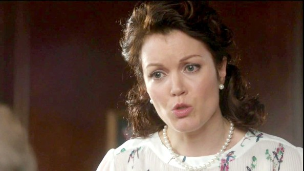 Bellamy Young's matching pearl necklace and pearl earrings were most definitely First Lady appropriate.